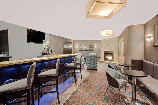 Ramada by Wyndham Kamloops - Kamloops - Bar