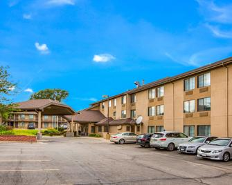 Quality Inn & Suites Lawrence - University Area - Lawrence - Building