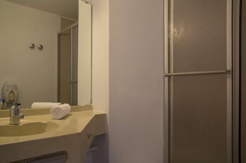 The Originals City, Hôtel Amys, Tarbes Sud (Inter-Hotel) - Odos - Bathroom