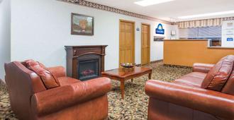 Days Inn by Wyndham Staunton - Staunton - Living room