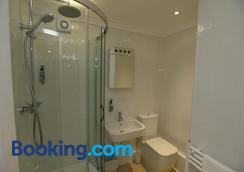 The Corner House Hotel Guest House - Horley - Bathroom