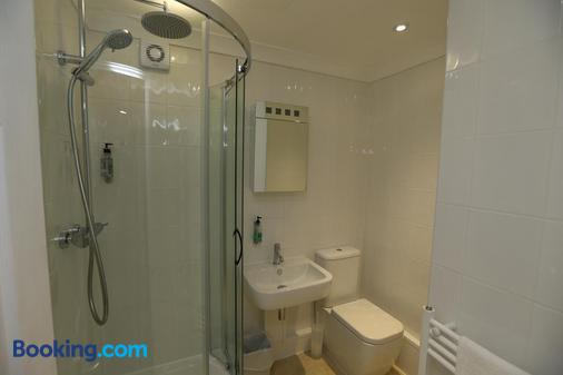 The Corner House Hotel Gatwick - Horley - Bathroom