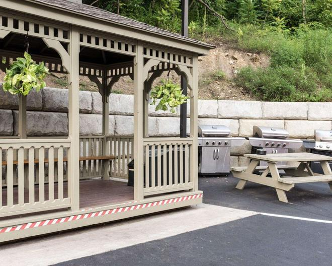 Suburban Extended Stay Hotel - Morgantown - Patio