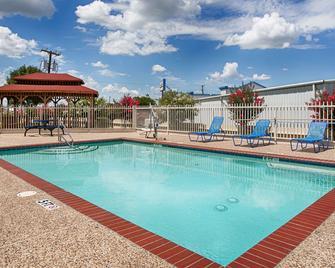 Best Western Limestone Inn & Suites - Mexia - Bazén
