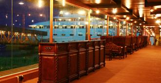Vintage Luxury Yacht Hotel - Rangoon - Bar