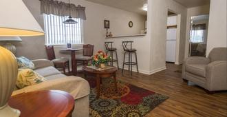Affordable Corporate Suites of Overland Drive - Roanoke - Living room