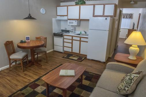 Affordable Corporate Suites of Overland Drive - Roanoke - Kitchen
