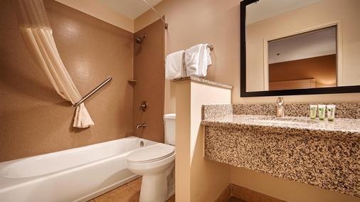 Best Western Palm Court Inn - Modesto - Phòng tắm