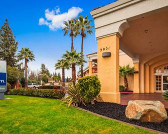 Best Western Palm Court Inn - Modesto - Gebouw