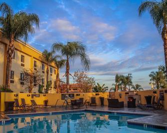 Best Western Plus Arrowhead Hotel - Colton - Pool