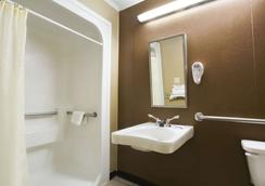 Microtel Inn and Suites by Wyndham Columbia/Fort Jackson N - Columbia - Bathroom