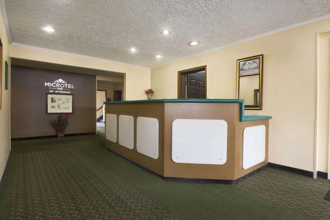 Microtel Inn and Suites by Wyndham Columbia/Fort Jackson N - Columbia - Front desk