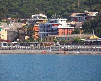Real Park Hotel - Lavagna - Outdoor view