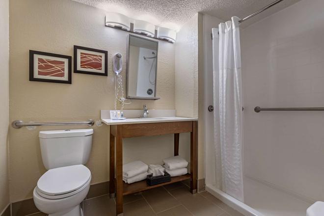 北默特爾比奇騎士酒店 - 北麥爾托海灘 - 北默特爾比奇 - 浴室