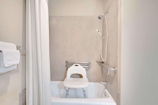 Super 8 by Wyndham Odessa TX - Odessa - Bathroom