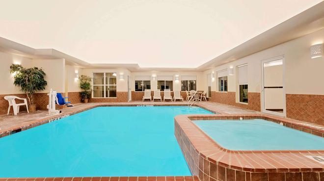 Super 8 by Wyndham Odessa TX - Odessa - Pool