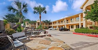Super 8 by Wyndham Houston Hobby Airport South - Houston - Building