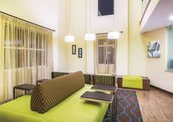 La Quinta Inn & Suites by Wyndham Oceanfront Daytona Beach - Daytona Beach - Hành lang