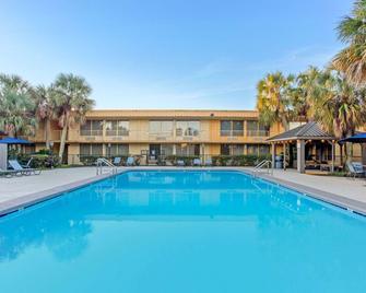 La Quinta Inn by Wyndham New Orleans Slidell - Slidell - Bazén
