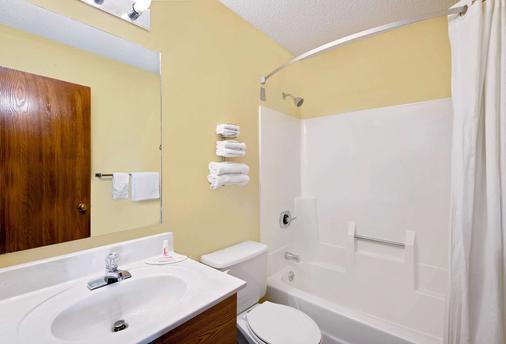 Super 8 by Wyndham Somerset - Somerset - Bathroom
