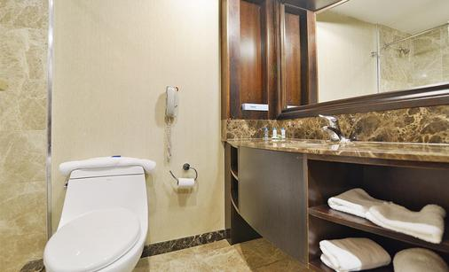 Woodbine Hotel and Suites - Toronto - Bathroom