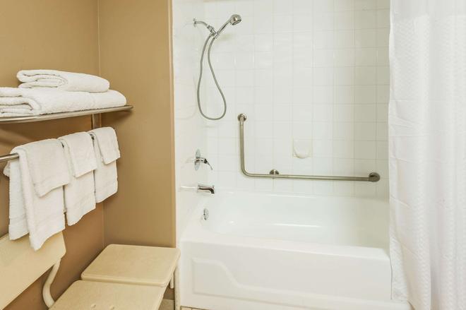 卡爾加里機場速 8 酒店 - 卡加立 - 卡加利 - 浴室