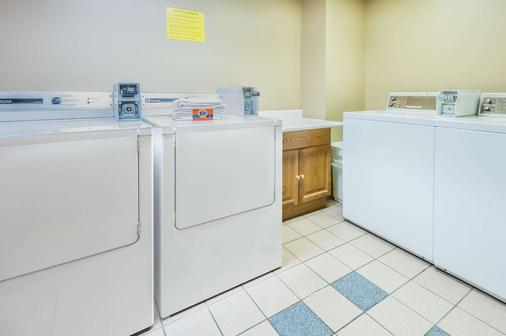 Super 8 by Wyndham Calgary/Airport - Calgary - Laundry facility