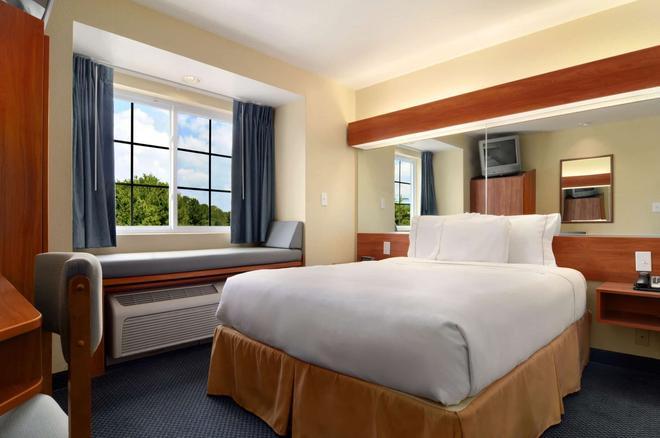 Microtel Inn & Suites by Wyndham Huntsville - Huntsville - Bedroom