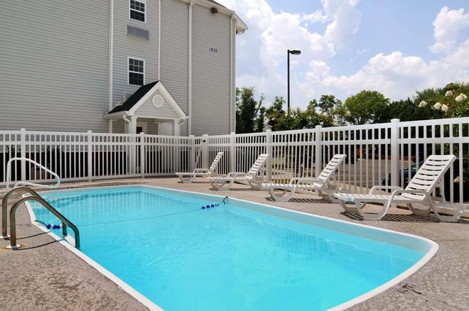 Microtel Inn & Suites by Wyndham Huntsville - Huntsville - Pool