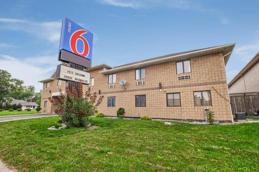 Motel 6 Windsor ON - Windsor - Building