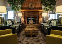 Best Western Plus University Park Inn & Suites - Ames - Oleskelutila