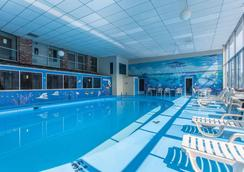 Rodeway Inn North - Sandusky - Bể bơi