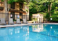 Best Western PLUS Cary Inn - NC State - Cary - Piscina