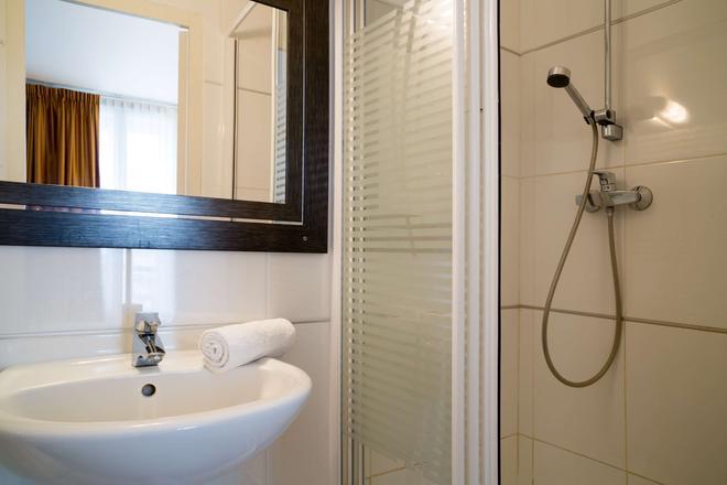 Hotel The Originals du Grand Monarque Nantes Gare - Nantes - Bathroom