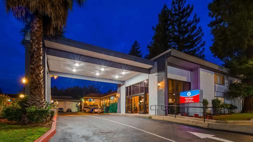 SureStay Plus Hotel by Best Western Sacramento North - Sacramento - Building