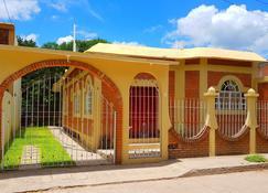 Casa Cerca de La Media Luna - Río Verde - Edificio