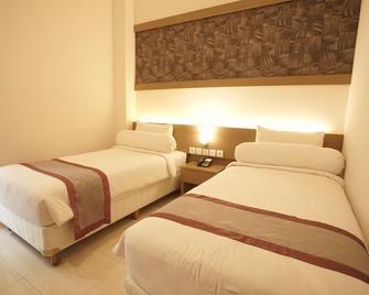Viva Hotel Kediri by Front One - Kediri - Bedroom