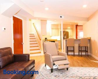 Luxury 3 Bedroom, 20 min to Boston, 15min Encore - Malden - Wohnzimmer