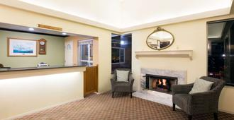 Days Inn by Wyndham Newport OR - Newport - Front desk