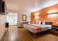 Motel 6 Tampa - Fairgrounds - Tampa - Bedroom