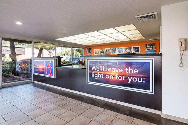 Motel 6 Tampa - Fairgrounds - Tampa - Lobby