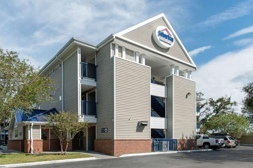 Suburban Extended Stay Hotel - Lakeland - Building