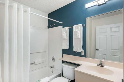 Suburban Extended Stay Hotel - Lakeland - Bathroom