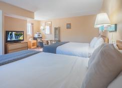Shasta Pines Motel & Suites - Burney - Bedroom