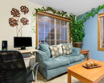 Days Inn by Wyndham Newton - Newton - Living room