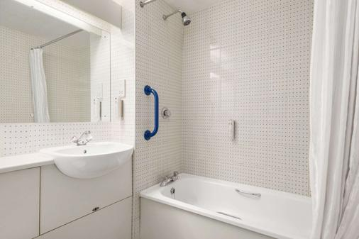 Days Inn by Wyndham Sheffield M1 - Sheffield - Bathroom