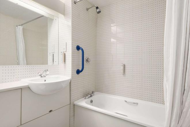 Days Inn by Wyndham Sheffield M1 - Sheffield - Bathroom
