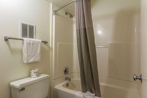 Studio 6 Atlanta - Marietta - Bathroom