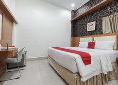 RedDoorz near Mall Panakkukang 3 - Makassar - Phòng ngủ