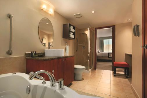 Embassy Suites by Hilton Montreal - Montreal - Bathroom